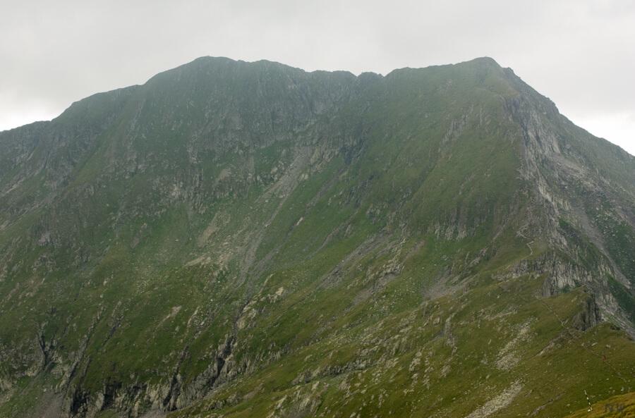 Vf. Moldoveanu (2544 m) (stanga) si Vf. Vistea Mare (2527 m) (dreapta)