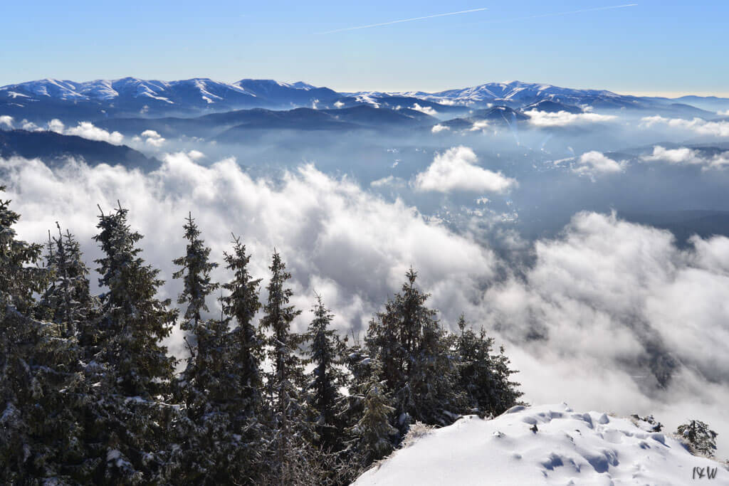 Munții Baiului (și pârtiile din Predeal) văzuți din Poiana Brașov